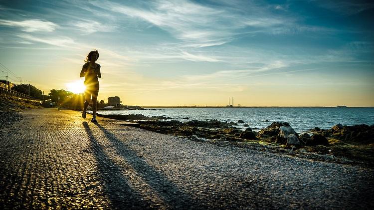 eine Person läuft