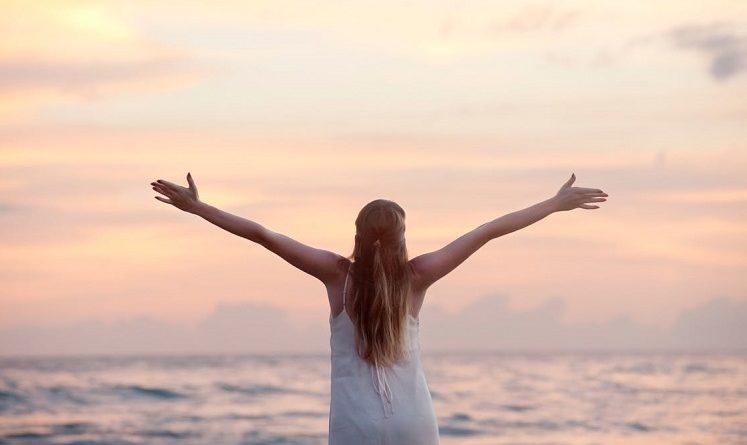 Das Mädchen steht am Meer